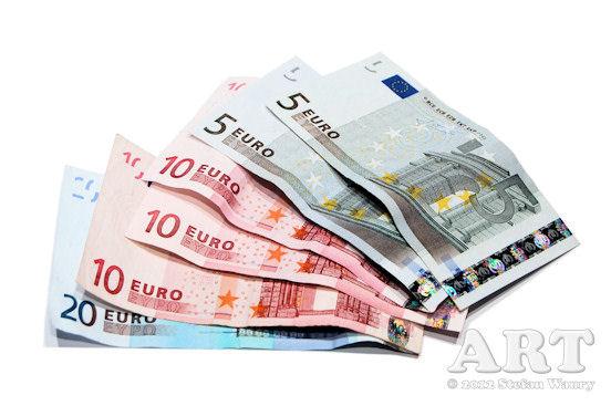 Foto von benutzten Geldscheinen, die in Form eines Fächers angeordnet sind