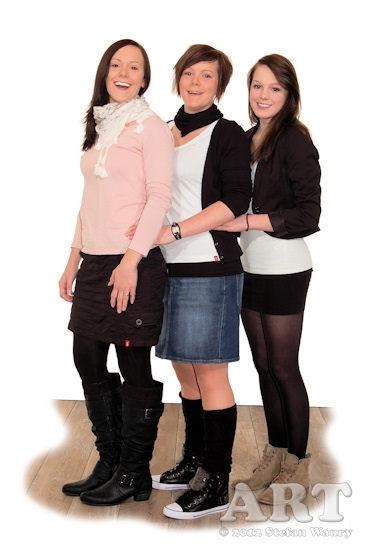 ... drei junge Frauen...